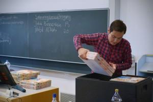 Leon Heckmann kümmert sich heute um die Verlegung: 17 Pizzen für mehr als 100€. Das StuPa fördert also auch noch die Mannheimer Gastronomie!